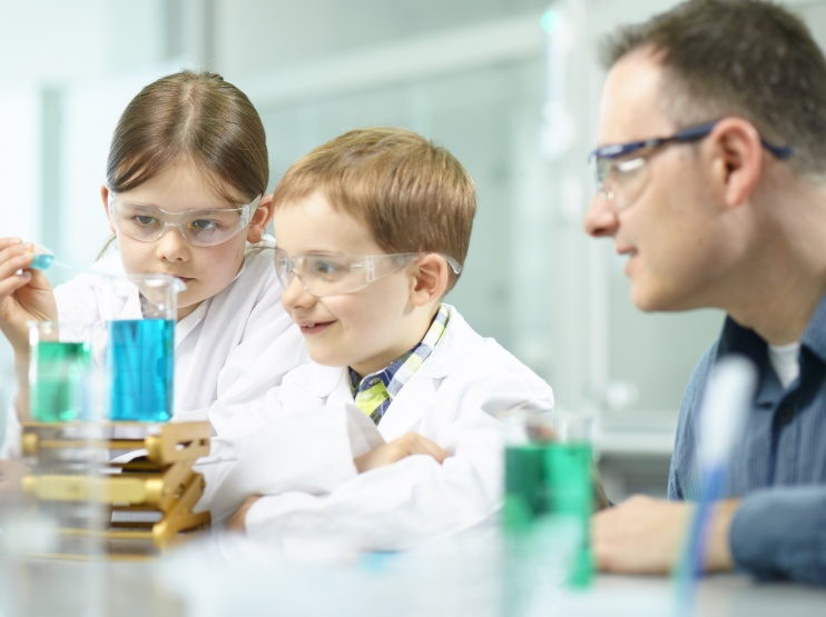 300 kleine Forscherinnen und Forscher experimentieren bei ALTANA